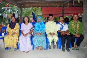 Bapa (kedua dari kanan) bersama keluarga terdekat di Kg Mumpait, Ranau