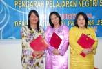 Tahniah. Pn Sinasa (Kiri) dan rakan-rakan dari Nabawan