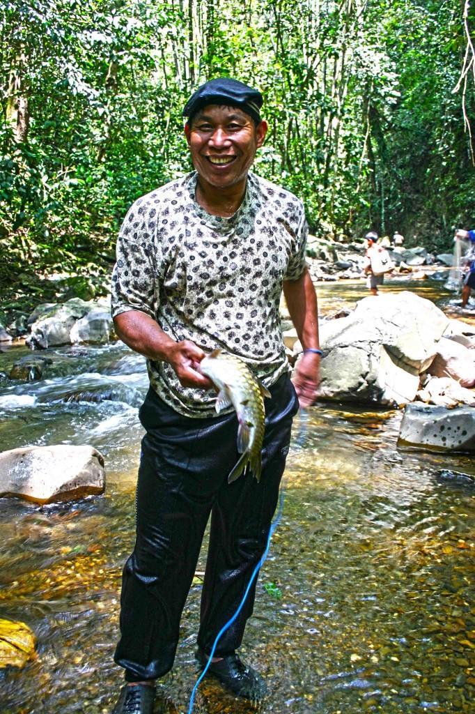 En Francis menunjukkan ikan pelian yang berjaya ditangkap.