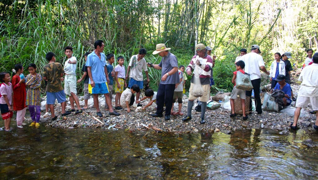 Penduduk kampung berkumpul sebelum menangkap ikan.